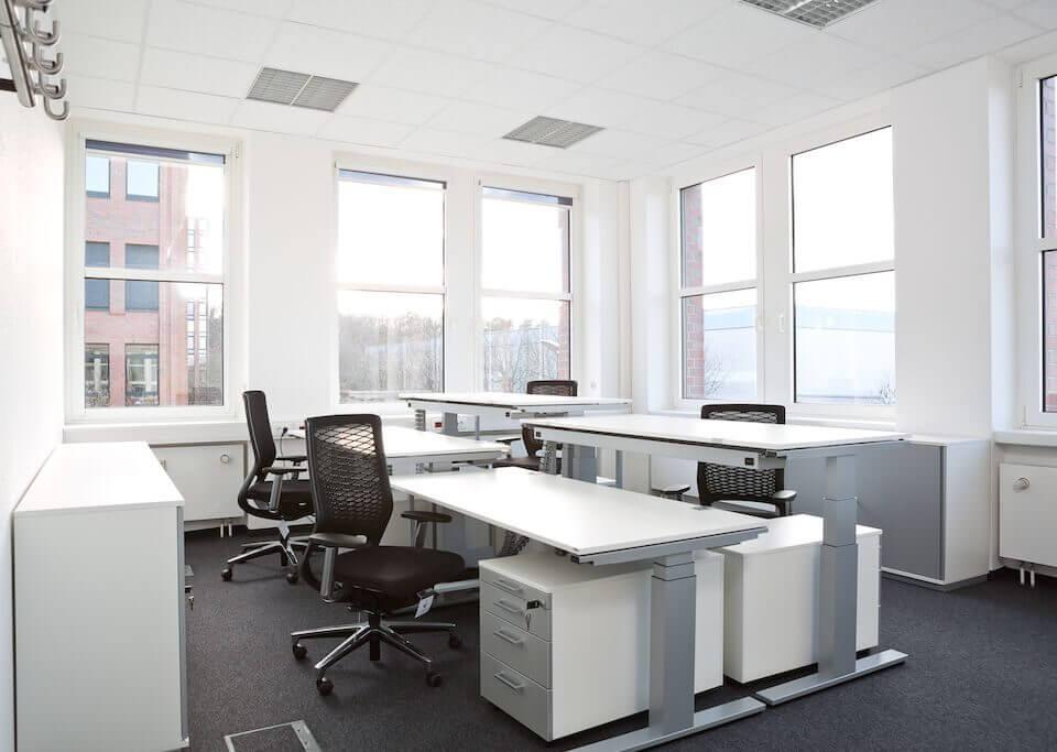 Moderner Arbeitsplatz mit viel Sonnenlicht