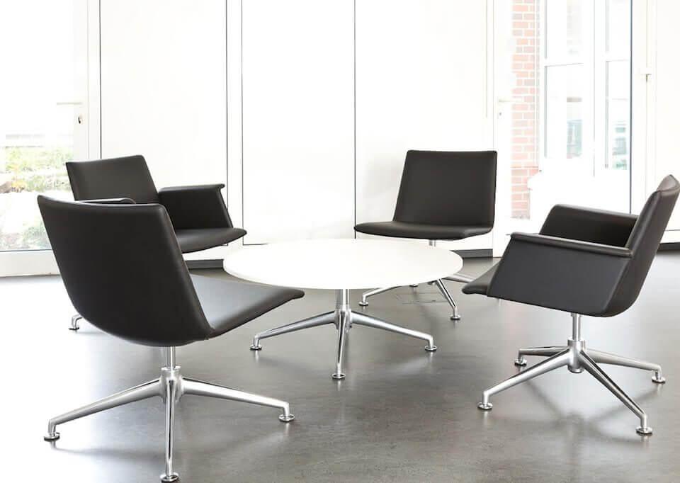 Bequeme Büro Stühle mit einem weissen Tisch