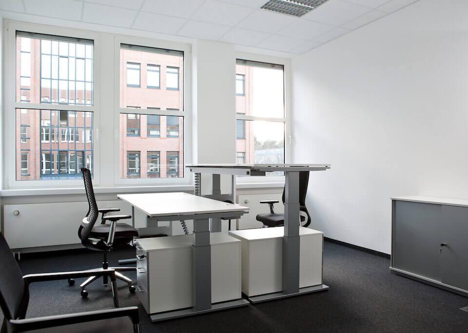 Moderner Arbeitsplatz mit modernem Tisch und Stuhl