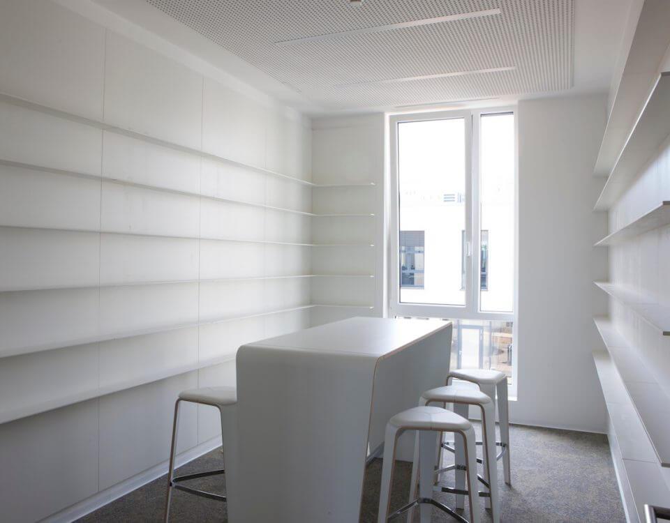 Weiser Büroraum mit viel Licht