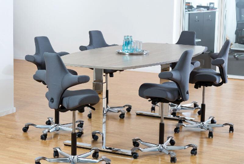 Ergonomische Konferenzzimmer mit höhenverstellbaren Tischen